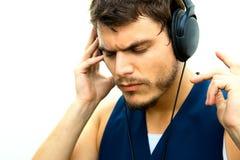 Hombre atractivo con los auriculares Foto de archivo
