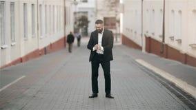 Hombre atractivo con un baile de la barba y de la cartera en la calle almacen de video