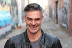 Hombre atractivo con una sonrisa muy cínica imagen de archivo