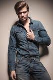 Hombre atractivo de la moda de los jóvenes que tira de su camisa Fotos de archivo