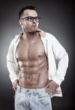 Hombre atractivo de moda que lleva una camisa desabrochada y las lentes Imagenes de archivo