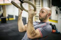 Hombre atractivo del ajuste que se resuelve en el gimnasio Fotos de archivo libres de regalías