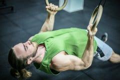 Hombre atractivo del ajuste que se resuelve en el gimnasio Foto de archivo