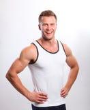 Hombre atractivo deportivo que presenta en gimnasio Imagen de archivo