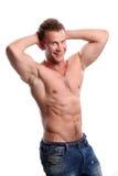 Hombre atractivo deportivo que presenta en gimnasio Fotos de archivo libres de regalías
