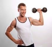 Hombre atractivo deportivo que presenta en gimnasio Fotos de archivo