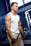Hombre atractivo deportivo que presenta en gimnasio Foto de archivo