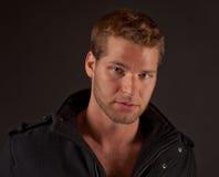Hombre atractivo en chaqueta negra Fotos de archivo libres de regalías