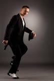 Hombre atractivo en el baile del traje del mafiosi en la cámara Imágenes de archivo libres de regalías