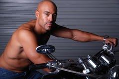 Hombre atractivo en el ciclo de motor. Fotos de archivo libres de regalías