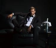 Hombre atractivo en el smoking que espera su fecha Foto de archivo libre de regalías