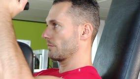 Hombre atractivo en los ejercicios del pecho almacen de video
