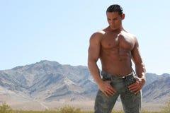 Hombre atractivo en pantalones vaqueros Fotos de archivo