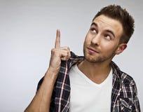 Hombre atractivo en ropa casual - retrato ascendente cercano en fondo gris. Fotografía de archivo libre de regalías