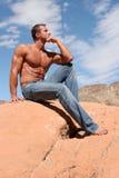 Hombre atractivo en tejanos Foto de archivo libre de regalías