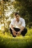 Hombre atractivo hermoso al aire libre en el jardín fotografía de archivo