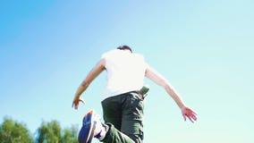 Hombre atractivo joven con el baile del estilo libre de los tatuajes - caminando hacia arriba en la hierba verde fresca metrajes