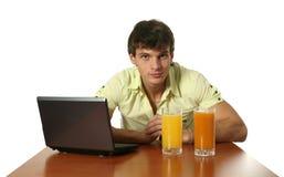 Hombre atractivo joven con la computadora portátil Imagenes de archivo