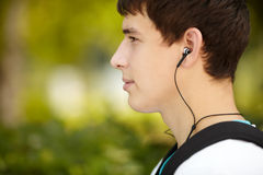 Hombre atractivo joven con los auriculares Fotografía de archivo libre de regalías