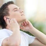 Hombre atractivo joven con los auriculares Fotos de archivo libres de regalías