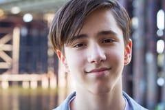 Hombre atractivo joven en fondo urbano Foto de archivo