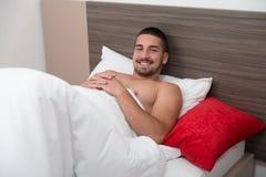 Hombre atractivo joven que despierta adentro para arriba Imágenes de archivo libres de regalías