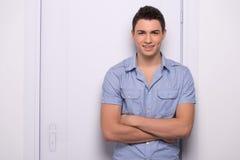 Hombre atractivo joven que se coloca derecho Imagen de archivo libre de regalías