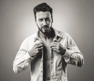 Hombre atractivo que consigue listo para salir Imagen de archivo