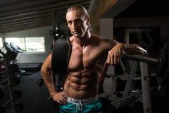 Hombre atractivo que descansa en el ejercicio de Afther del gimnasio Fotografía de archivo libre de regalías