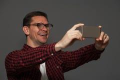 Hombre atractivo que presenta en fondo oscuro Fotos de archivo libres de regalías