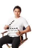 Hombre atractivo que sostiene una pizarra de la película Imagenes de archivo