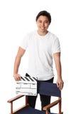 Hombre atractivo que sostiene una pizarra de la película Imagen de archivo libre de regalías