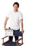 Hombre atractivo que sostiene una pizarra de la película Foto de archivo