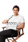 Hombre atractivo que sostiene una pizarra de la película Fotos de archivo libres de regalías