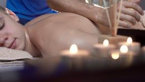 Hombre atractivo que tiene un gran tratamiento trasero del cuerpo del masaje en centro del balneario de la belleza metrajes