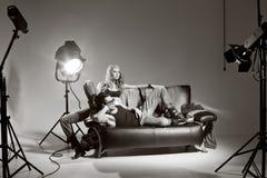 Hombre atractivo y mujer que hacen un lanzamiento de foto de la manera Imagen de archivo libre de regalías