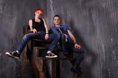 Hombre atractivo y mujer que hacen una sesión fotográfica de la moda en un estudio profesional Fotografía de archivo