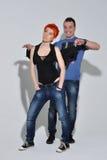Hombre atractivo y mujer que hacen una sesión fotográfica de la moda en un estudio profesional Imagen de archivo libre de regalías
