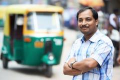 Hombre auto indio del programa piloto del tut-tuk del carrito Foto de archivo libre de regalías