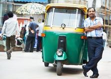 Hombre auto indio del conductor del tut-tuk del carrito Imagenes de archivo