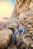 hombre aventurero con el casco que tiene cierto resto en sus vacaciones fotos de archivo
