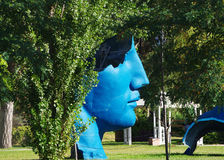 Hombre azul con pensamientos verdes Foto de archivo