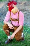 Hombre bávaro con una cabeza del pollo imágenes de archivo libres de regalías