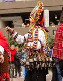 Hombre búlgaro tradicional del kuker con su máscara malvada colorida gigante imágenes de archivo libres de regalías