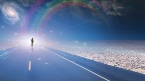Hombre bañado en luz y camino Foto de archivo libre de regalías