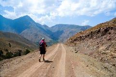 Hombre backpacking en montañas del atlas, Marruecos Fotos de archivo