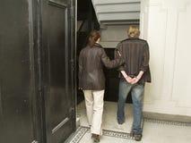 Hombre bajo detención en handcuffs_1 Imagen de archivo libre de regalías