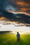 Hombre bajo las nubes de tormenta fotografía de archivo libre de regalías