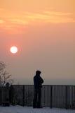 Hombre bajo puesta del sol del invierno Imágenes de archivo libres de regalías