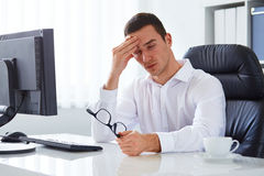 Hombre bajo tensión con dolor de cabeza y jaqueca fotografía de archivo
